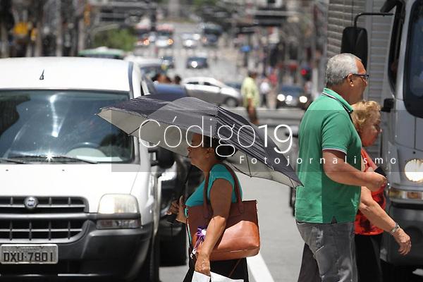 Campinas (SP), 27/01/2020 - Clima-SP - Pedestres se protegem do sol no centro de Campinas nesta segunda-feira (27).