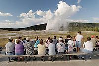 Touristen im Yellostone NP: AMERIKA, VEREINIGTE STAATEN VON AMERIKA, WYOMING,  (AMERICA, UNITED STATES OF AMERICA), 13.09.2006:  Touristen betrachten Old Faithfull, Tourismus, geordnet, geregelt,  earth warmth, energy, Erdwaerme, erneuerbare Energie, erneuerbare Energien, fountain, fountains, Geiser, Geologie, geology, geothermic, Geothermik, Gewaesser, geyser, geysers, Geysir, Geysire, heisse Quelle, heisse Quellen, landscape, landscapes, Landschaft, Landschaften, Nachhaltigkeit, National Park, National Parks, Nationalpark, Nationalparks, Naturgewalten, Nordamerika, North America, regenerative Energie, regenerative Energien, renewable energy, spring, Springquelle, Springquellen, springs, sustainability, United States of America, USA, Wyoming, Yellowstone NP