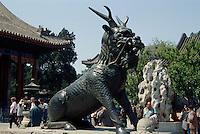 China, Sommerpalast in Peking, Bronze-Qilin vor Renshoudian Unesco-Weltkulturerbe