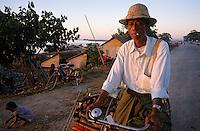 Asie/Birmanie/Myanmar/Haute Birmanie/Mandalay: Rick-Shaw sur le port
