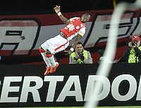 BOGOTÁ-COLOMBIA-12-05-2015. Yamilson Rivera (#28) jugador del Independiente Santa Fe de Colombia celebra un gol anotado a Estudiantes de La Plata durante partido de vuelta entre Independiente Santa Fe de Colombia y Estudiantes de La Plata por octavos de final, llave F, de la Copa Bridgestone Libertadores 2015 jugado en el estadio Nemesio Camacho El Campin de la ciudad de Bogota. / Yamilson Rivera (#28) player of Independiente Santa Fe celebrates a goal scored to Estudiantes de La Plata during a second leg match between Independiente Santa Fe of Colombia and Estudiantes de La Plata de Argentina for the round of sixteen, Key F, of the Copa Bridgestone Libertadores 2015 played at Nemesio Camacho El Campin stadium in Bogota city.  Photo: VizzorImage/ Gabriel Aponte /Staff