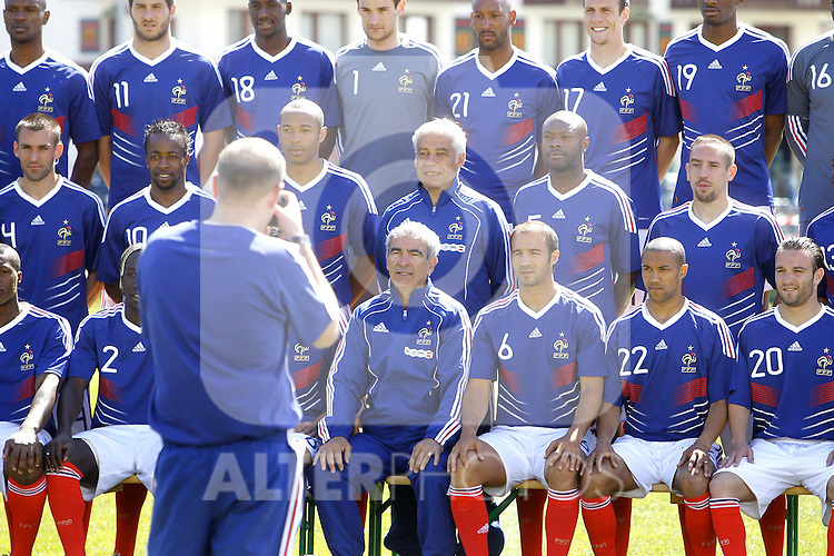 The French national football team and the technical staff pose prior to a training session near Tignes in the French Alps, France on May 25, 2010 as part of the preparation for the upcoming World Cup 2010. (First row (up), L to R, defender Eric Abidal, forward Andre-Pierre Gignac, midfielder Alou Diarra, goalkeeper Hugo Lloris, forward Nicolas Anelka, defender Sebastien Squillaci, midfielder Abou Diaby. Second row, L to R, defender Anthony Reveillere, forward Sidney Govou, forward Thierry Henry, deputy coach Pierre Mankowski, defender William Gallas, midfielder Franck Ribery. Third row, L to R, forward Djibril Cisse, defender Bacary Sagna, midfielder Johan Gourcuff, coach Raymond Domenech, defender Marc Planus, defender Gael Clichy, forward Mathieu Valbuena. ..Photo: Patrick Bernard/Cameleon / ABACA / ALFAQUI