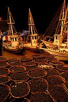 """Carregadores da Feira do AÁaÌ, iniciam o descarregamento do fruto das centenas de barcos que chegam de diversas partes do estado, principalmente da chamada regi""""o das ilhas.<br /> BelÈm, Par·, Brasil<br /> Foto Paulo Santos"""