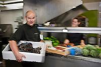 Europe/France/Bretagne/56/Morbihan/Saint-Avé: Restaurant Le Pressoir - Vincent David de retour du marché  avec ses homards en cuisine [Non destiné à un usage publicitaire - Not intended for an advertising use]