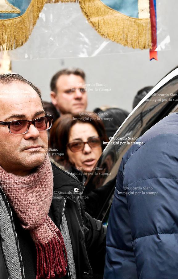 - NAPOLI 2 MAR - Una folla commossa ha preso parte ad Arzano (Napoli) ai funerali Vincenzo Ferrante, il 30enne ucciso per errore nel corso di un agguato mercoledì scorso in via Luigi Rocco. L'uomo, sposato e padre di due bambini, è finito nel mirino dei sicari che lo avrebbe scambiato per il guardaspalle di Ciro Casone, ammazzato nel corso dell'agguato.  La madre di Vincenzo chiede giustizia