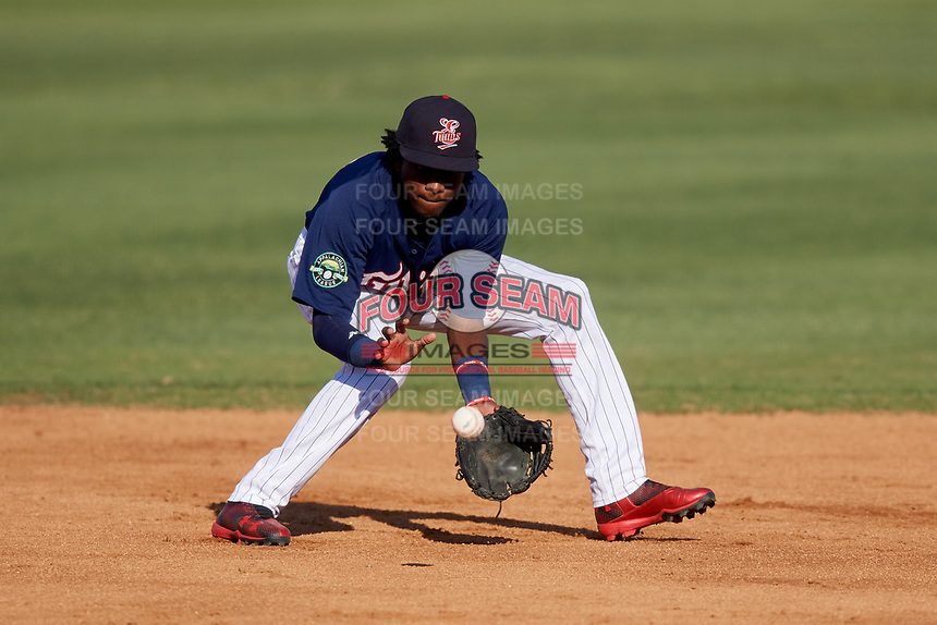 Elizabethton Twins shortstop Yeltsin Encarnacion (17) fields a ground ball during a game against the Bristol Pirates on July 28, 2018 at Joe O'Brien Field in Elizabethton, Tennessee.  Elizabethton defeated Bristol 5-0.  (Mike Janes/Four Seam Images)