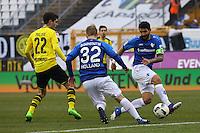 Aytac Sulu (SV Darmstadt 98) klärt gegen Christian Pulisic (Borussia Dortmund)- 11.02.2017: SV Darmstadt 98 vs. Borussia Dortmund, Johnny Heimes Stadion am Boellenfalltor