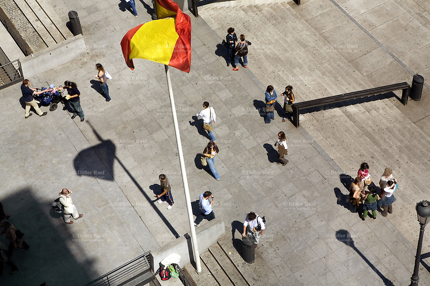 Spain. Province of Madrid. Madrid. Museo Nacional Centro de Arte Reina Sofia (MNCARS). Spanish flag. Visitors and pedestrians at the entrance of the museum. The permanent collection of the museum was opened on September 10th 1992. What had before only been host to temporary exhibitions was now a true museum, with the task of looking after, increasing and exhibiting its artistic collection of modern and contemporary art, and favour the social communication of the plastic arts. © 2007  Didier Ruef