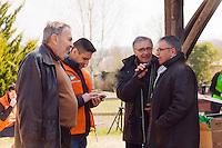 Jean Montoriol, maire du Bugues à gauche et Frédéric Malvaud, maire de Saint-Léon-sur-Vézère à droite, interviewé par ?