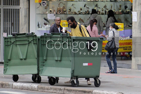 Campinas (SP), 17/08/2020 - Clima - Movimentação na rua 13 de Maio, no centro da cidade de Campinas (SP), nesta segunda-feira (17), com clima frio e chuva.