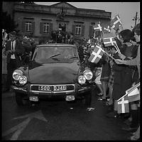Puy l'Evêque (Lot). 12-16 Octobre 1966. Vue de l'arrivée de la princesse du Danemark en voiture devant la mairie de Puy l'Evêque.