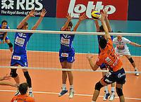Knack Roeselare - ACH Volley Ljubljana : Sam Deroo en Joppe Paulides (midden) proberen Alen Sket te blokken .foto VDB / BART VANDENBROUCKE
