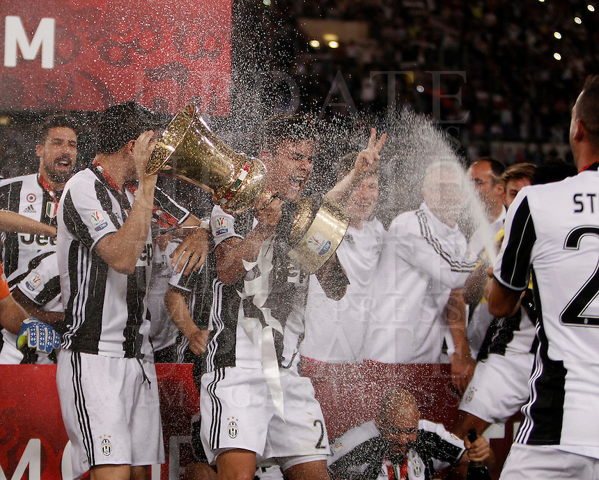 Calcio, finale Tim Cup: Milan vs Juventus. Roma, stadio Olimpico, 21 maggio 2016.<br /> Juventus' players celebrate with the trophy at the end of the Italian Cup final football match between AC Milan and Juventus at Rome's Olympic stadium, 21 May 2016. Juventus won 1-0 in the extra time.<br /> UPDATE IMAGES PRESS/Isabella Bonotto
