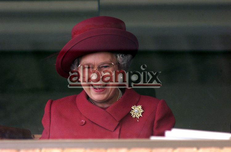 Copyright   Albanpix.com-Picture by Alban Donohoe.The Queen cheers on the horses as she watches the Newmarket races  06/05/2000
