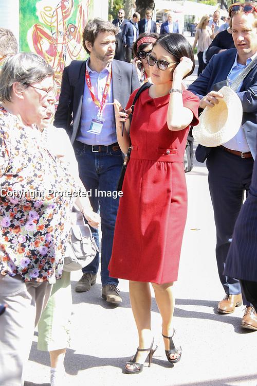 Fleur Pellerin fumant une cigarette en arrivant au controle de securite pour acceder au Palais des Festivals et des Congres pendant le MIPTV a Cannes, le mardi 4 avril 2017.