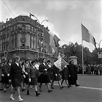 Le 13 Mai 1962. Vue d'un défilé d'un groupe de jeunes filles de l'institution Sainte-Croix sur la place Jeanne d'Arc.