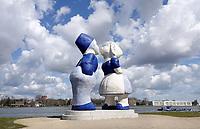 Nederland Amsterdam 2021. Westelijk Havengebied. Kissing Couple XXXL van de kunstenaar Saske van der Eerden. Noordzeekanaal. Uitzicht op Zaandam. Foto : ANP/ Hollandse Hoogte / Berlinda van Dam