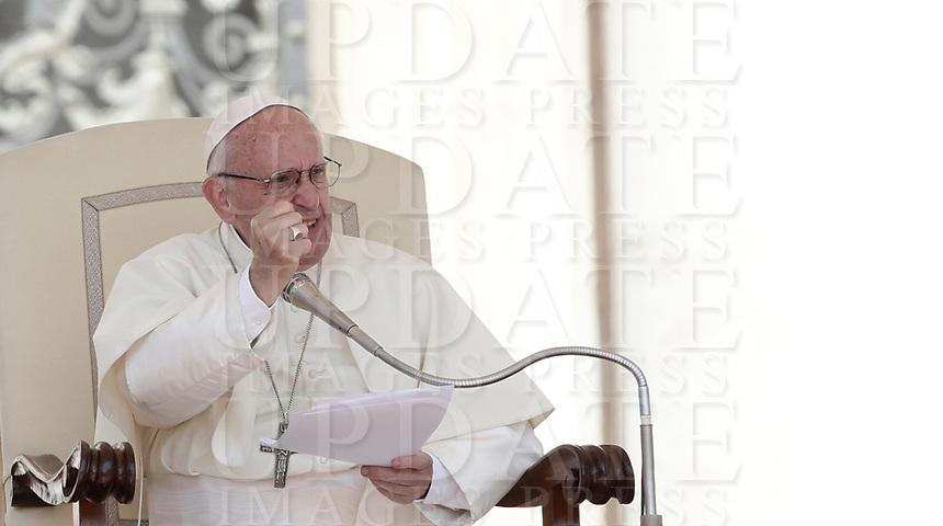 Papa Francesco tiene l'udienza generale del mercoledi' in Piazza San Pietro, Citta' del Vaticano, 31 maggio, 2017.<br /> Pope Francis leads his weekly general audience in St. Peter's Square at the Vatican, on May 31, 2017.<br /> UPDATE IMAGES PRESS/Isabella Bonotto<br /> STRICTLY ONLY FOR EDITORIAL USE