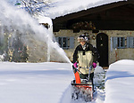 Deutschland, Bayern, Oberbayern, Chiemgau, Siegsdorf: Mann beim Schneeraeumen mit Schneefraese | Germany, Bavaria, Upper Bavaria, Chiemgau, Siegsdorf: man using snowblower