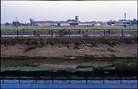 Trezzano sul Naviglio (Milano). Il Naviglio Grande in secca e una azienda agricola sullo sfondo --- Trezzano sul Naviglio (Milan). Shallow water in the canal Naviglio Grande and a farm on the background