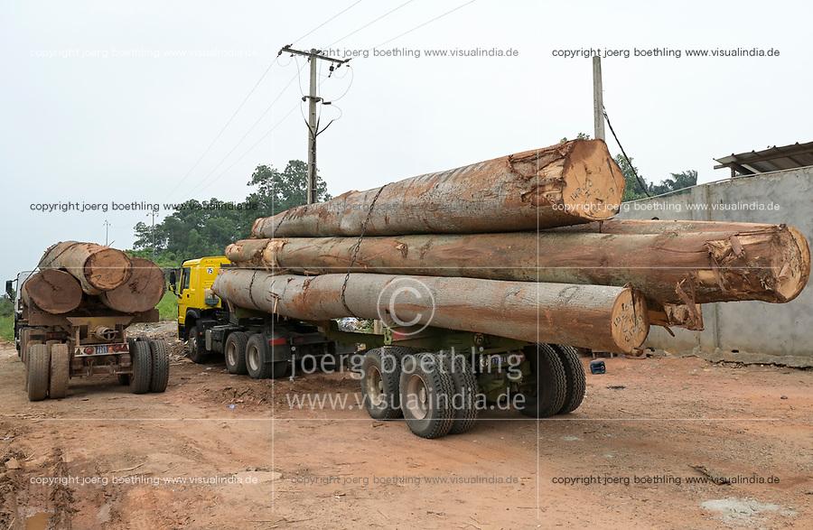 IVORY COAST, Azaguié, deforestation and timber trade to China, truck infront of saw mill / ELFENBEINKUESTE, Azaguie, Abholzung und Holzhandel nach China, Lastwagen mit Baumstämmen vor einem Sägewerk