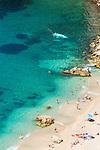 France, Provence-Alpes-Côte d'Azur, Villefranche-sur-Mer: the beach with capsized sailboat near the coast | Frankreich, Provence-Alpes-Côte d'Azur, Villefranche-sur-Mer: der Strand, ein gekentertes Segelboot in Kuestennaehe
