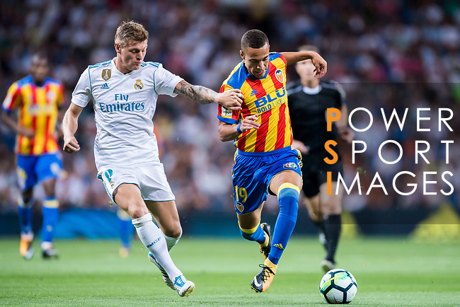 Rodrigo Moreno (r) of Valencia CF fights for the ball with Toni Kroos of Real Madrid during their La Liga 2017-18 match between Real Madrid and Valencia CF at the Estadio Santiago Bernabeu on 27 August 2017 in Madrid, Spain. Photo by Diego Gonzalez / Power Sport Images