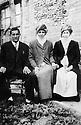 Turquie 1950? Kurdistan:  Un agha de Derik avec ses deux femmes  Turkey 1950? Kurdistan: An agha of Derik with his two wives