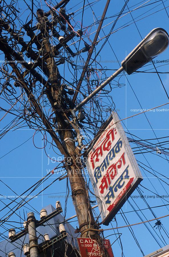 INDIA Madurai, electric grid / INDIEN Madurai, Strommast mit vielen Leitungen und Werbung