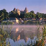 France, Brittany, Département Ille-et-Vilaine, Combourg: Château de Combourg at dawn | Frankreich, Bretagne, Département Ille-et-Vilaine, Combourg: Château de Combourg im Morgenlicht