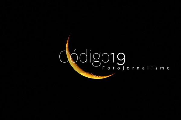 PORTO ALEGRE, RS, 16.05.2021 - CLIMA - TEMPO - A vista da Lua durante o período de conjugação com Marte, na noite de outono, em Porto Alegre, neste domingo (16).