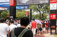 ATENCAO EDITOR IMAGEM EMBARGADA PARA VEICULOS INTERNACIONAIS -   SAO PAULO, SP, 28 OUTUBRO 2012 - SALAO INTERNACIONAL DO AUTOMOVEL - Fãs de automoveis enfrentam o forte calor em fila quilometrica para visitar a  27 Salao Internacional do Automovel no Anhembi na regiao norte da capital paulista, na trade deste domingo(28)(FOTO: AMAURI NEHN / BRAZIL PHOTO PRESS).