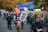 """Mehrere tausend Menschen protestierten am Sonntag den 25. Oktober 2020 in berlin gegen die Coronaregeln der Bundeslaender und der Bundesregierung. Unter ihnen etliche Anhaenger von Verschwoerungstheorien, Impfgegner und Rechtsextreme. Sie hielten Schilder auf denen der Virologe Prof. Christian Drosten und der ehemalige Microsoft-Chef Bill Gates als Straeflinge abgebildet waren, zum Widerstand gegen einen """"Corona-Faschismus"""" aufgerufen und Impfungen als """"Menschenversuche"""" bezeichnet wurden. Weiter wurde ein Ende der Test gefordert und die zweite Corona-Welle als normale Herbstgrippe bezeichnet wurde.<br /> Sie zogen ohne Genehmigung in mehreren Zuegen durch den Bezirk Mitte, zum Teil ohne Polizeibegleitung. Der Polizei gelang es erst nach etwa einer Stunde die Demonstrantionszuege zu begleiten.<br /> Vereinzelt kam es am Rande zu Gegenprotesten, denen Srechchoere """"Nazis raus!"""" und """"Reiht euch ein!"""" entgegen gerufen wurde.<br /> 25.10.2020, Berlin<br /> Copyright: Christian-Ditsch.de"""