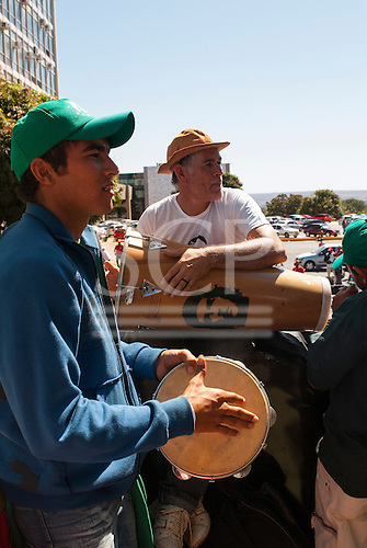Brasilia, Brazil. Via Campesino protest in Brasilia, 23rd August 2011; two men with drums, one with Che Guevara portrait, in front of the ministry building (Ministerio da Fazenda).