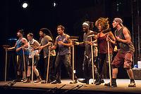 RIO DE JANEIRO, RJ, 23.04.2015 - STOMP - O grupo percussivo STOMP que faz sucesso na Broadway e na London West End usando instrumentos inusitados como lixeiras e vassouras se apresenta no Teatro Bradesco Rio, na zona oeste, nesta quinta-feira (23). (Foto: João Mattos / Brazil Photo Press)