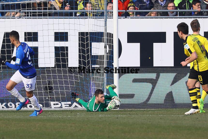 Torwart Michael Esser (SV Darmstadt 98) hält- 11.02.2017: SV Darmstadt 98 vs. Borussia Dortmund, Johnny Heimes Stadion am Boellenfalltor
