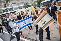 Kundgebung gegen den Verkauf von Hewlett Packard-Geraeten bei Saturn.<br /> Etwa 20 Mitglieder antiisraelische BDS-Bewegung hielten am Dienstag den 25 Juli 2017 eine Kundgebung vor der Filiae des Elektrokaufhaueses Saturn am Berliner Alexanderplatz ab. BDS (Boycott, Divestment and Sanctions) fordert dazu auf den Verkauf von Hewlett-Packard Geraeten zu boykottieren. Hewlett-Packard wuerde einen Teil seiner Software und Hardware in Israel produzieren und damit die Besatzungspolitik der israelischeen Regierung in Palaestina unterstuetzen.<br /> Im Bild: Gegen diese antiisraelische Kundgebung protestierten ca. 30 sog. Antideutsche. Rechts im Bild: Stefan Liebich, MdB der Linkspartei.<br /> 25.7.2017, Berlin<br /> Copyright: Christian-Ditsch.de<br /> [Inhaltsveraendernde Manipulation des Fotos nur nach ausdruecklicher Genehmigung des Fotografen. Vereinbarungen ueber Abtretung von Persoenlichkeitsrechten/Model Release der abgebildeten Person/Personen liegen nicht vor. NO MODEL RELEASE! Nur fuer Redaktionelle Zwecke. Don't publish without copyright Christian-Ditsch.de, Veroeffentlichung nur mit Fotografennennung, sowie gegen Honorar, MwSt. und Beleg. Konto: I N G - D i B a, IBAN DE58500105175400192269, BIC INGDDEFFXXX, Kontakt: post@christian-ditsch.de<br /> Bei der Bearbeitung der Dateiinformationen darf die Urheberkennzeichnung in den EXIF- und  IPTC-Daten nicht entfernt werden, diese sind in digitalen Medien nach §95c UrhG rechtlich geschuetzt. Der Urhebervermerk wird gemaess §13 UrhG verlangt.]