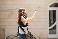 Eine Italienerin mit Mund-Nase-Maske in der Stadt Siracusa (Syracus) auf Sizilien.<br /> 22.7.2020, Siracusa<br /> Copyright: Christian-Ditsch.de<br /> NUR FUER REDAKTIONELLE ZWECKE! Werbung nur auf Anfrage beim Fotografen. [Inhaltsveraendernde Manipulation des Fotos nur nach ausdruecklicher Genehmigung des Fotografen. Vereinbarungen ueber Abtretung von Persoenlichkeitsrechten/Model Release der abgebildeten Person/Personen liegen nicht vor. NO MODEL RELEASE! Don't publish without copyright Christian-Ditsch.de, Veroeffentlichung nur mit Fotografennennung, sowie gegen Honorar, MwSt. und Beleg. Konto: I N G - D i B a, IBAN DE58500105175400192269, BIC INGDDEFFXXX, Kontakt: post@christian-ditsch.de<br /> Bei der Bearbeitung der Dateiinformationen darf die Urheberkennzeichnung in den EXIF- und  IPTC-Daten nicht entfernt werden, diese sind in digitalen Medien nach §95c UrhG rechtlich geschuetzt. Der Urhebervermerk wird gemaess §13 UrhG verlangt.]
