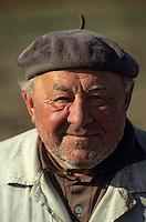 Europe/Hongrie/Tokay/Env Sarospatak: Paysan hongrois dans les champs - Portrait
