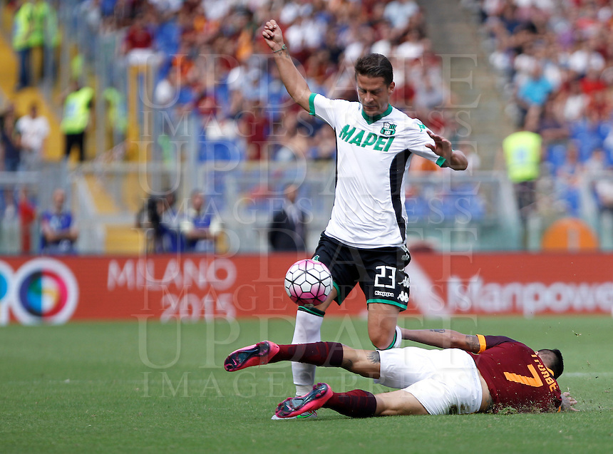 Calcio, Serie A: Roma vs Sassuolo. Roma, stadio Olimpico, 20 settembre 2015.<br /> Sassuolo's Marcello Gazzola, left, and Roma's Juan Iturbe fight for the ball during the Italian Serie A football match between Roma and Sassuolo at Rome's Olympic stadium, 20 September 2015.<br /> UPDATE IMAGES PRESS/Isabella Bonotto