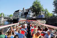 Nederland Amsterdam. Toeristen in een  Hop On, Hop Off rondvaartboot. Foto Berlinda van Dam / Hollandse Hoogte