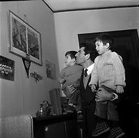 9 Janvier 1964. Vue de Jean Fabre, joueur du Stade Toulousain, portant ses enfants dans son domicile.<br /> <br /> Jean Paul Gabriel Fabre, né le 7 novembre 1935 à Rodez1, est un ancien joueur de rugby à XV français, occupant le poste de troisième ligne aile au Stade toulousain durant les années 1960.