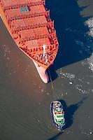 Schlepper nimmt Containerschiff an den Haken: EUROPA, DEUTSCHLAND, HAMBURG, (EUROPE, GERMANY), 20.02.2012 Schlepper nimmt Containerschiff an den Haken
