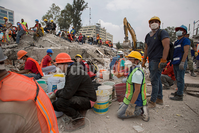 Rescue volunteers try to find survivors in the corner of Bolivar street with  Chimalpopocain dowtown Mexico, two days after a 7.1 eartquake shake the capital of the country l.<br /> 21/09/2017.