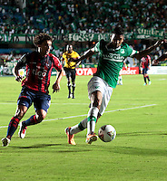 CALI - COLOMBIA - 12-02-2014: Cristian Marrugo (Der.) jugador del Deportivo Cali de Colombia, disputa el balón Mathias Corujo   (Izq.) jugador del Cerro Porteño de Paraguay, durante partido entre Deportivo Cali y Cerro Porteño de la segunda fase, grupo 3, de la Copa Bridgestone Libertadores en el estadio Pascual Guerrero, de la ciudad de Cali. / Cristian Marrugo (R) player of Deportivo Cali of Colombia, vies for the ball with Mathias Corujo  (L) player of Cerro Porteño of Paraguay, during a match between Deportivo Cali and Cerro Porteño for the second phase, group 3, of the Copa Bridgestone Libertadores in the Pascual Guerrero stadium in Cali city. Photo: VizzorImage / Juan C. Quintero / Str.