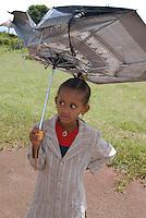ethiopia, addis abeba, bambina con ombrello. Little girl with umbrella