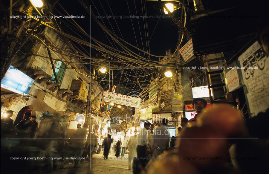 INDIA New Delhi, bazar street with electric grid at night in Old Delhi / INDIEN Neu Delhi, Basar Strasse mit Kabelsalat in Alt Delhi