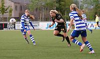 AA Gent - Telstar :<br /> <br /> Priscilla de Vos (M) probeert zich een weg te vinden tussen Jessie Taets (L) en Marijke Philips (R)<br /> <br /> foto Dirk Vuylsteke / Nikonpro.be