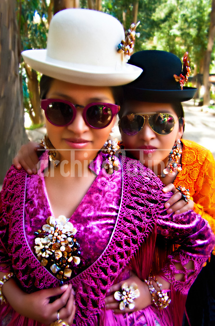 Sesión fotográfica para Ana Palza, diseñadora de moda para cholas paceñas, del 22/10/2017 en La Paz, Bolivia The designs of the Bolivian Ana Palza, well-known Bolivian craftswoman for her jewels and who has now embarked on the conquest of haute couture and organizes a great fashion show of Bolivian cholitas that you want to present in Paris, with a collection of garments that pays homage to the architect Freddy Mamani, known as the Bolivian Gaudi.
