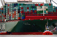 The container ship 'CSCL Globe' from shipping company China Shipping Group arrives to the harbor and docks at the Eurogate container terminal in Hamburg, Germany, 12 January 2015. The largest ship in the world visits Hamburg on its maiden voyage. The 'CSL Globe' is 400-meters long and 58.60-meters high and can carry 19,100 containers (TEU). Photo: DANIEL BOCKWOLDT/dpa